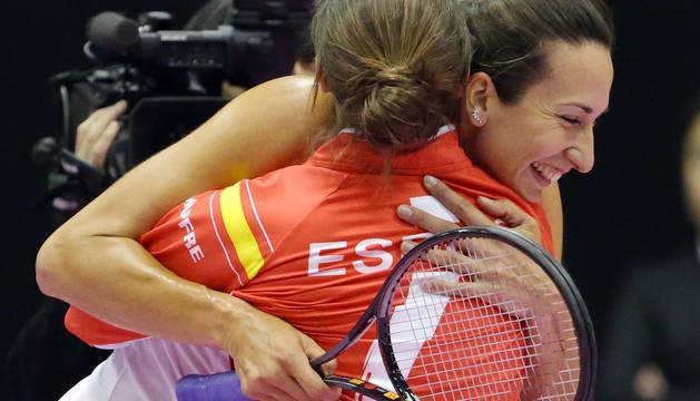 Georgina Garcia-Perez celebra la victoria de España tras ganar su partido.