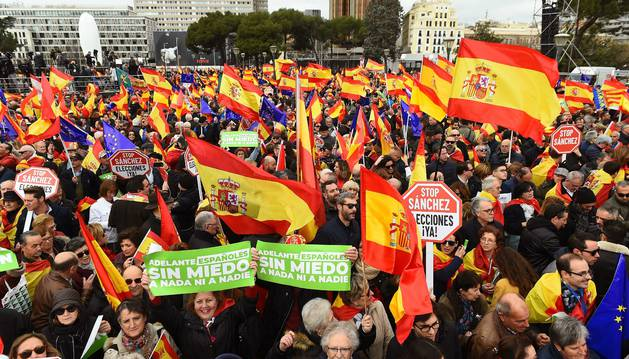 Foto de cientos de personas participan en la concentración convocada por el PP, Ciudadanos y Vox en la plaza de Colón de Madrid.