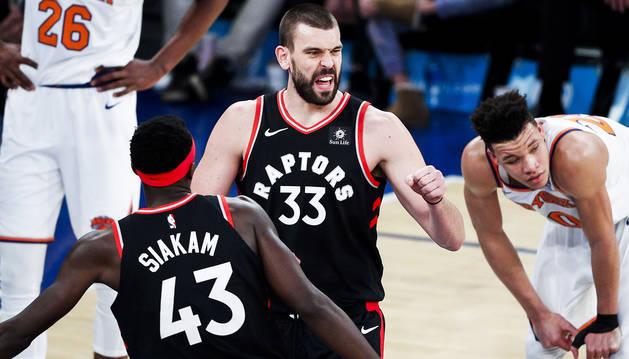 Mardc Gasol celebra una jugada junto a su compañero de Toronto Raptors,