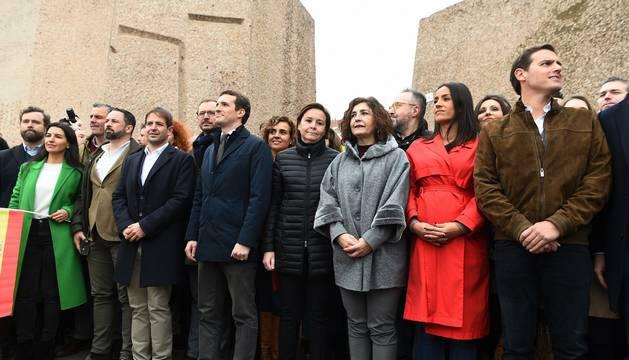 Foto del presidente de VOX, Santiago Abascal (2i), el líder del PP, Pablo Casado (4i), y el líder de Ciudadanos, Albert Rivera (d), han posado junto a otras personalidades asistentes a la concentración de Madrid.