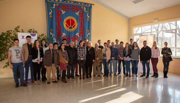 Foto de grupo de los jóvenes participantes en el programa, junto a los representantes institucionales.