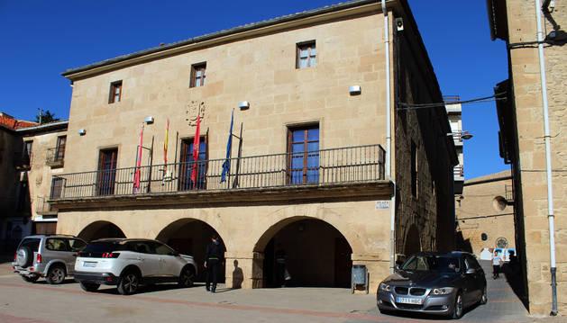 Fachada principal del ayuntamiento de Arróniz.