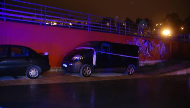 Precintada, la furgoneta donde ocurrieron los hechos en los Corralillos del Gas. El acusado dice que el joven entró por la puerta pegada a la pared.