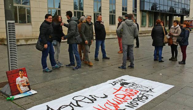 Familiares y amigos de la víctima, que han estado presentes durante las seis sesiones del juicio, frente al Palacio de Justicia.