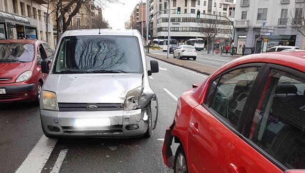 Choca contra dos vehículos, intenta escapar y casi sextuplica la tasa de alcohol