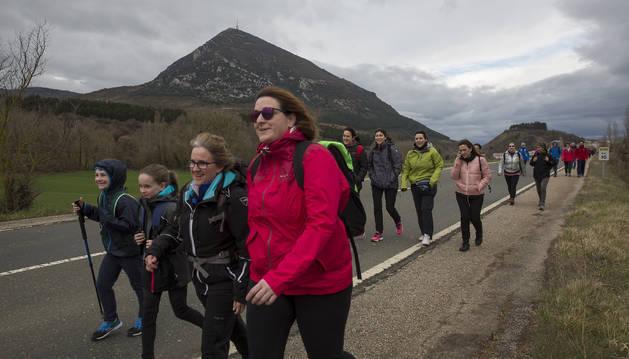 Peregrinos caminan con la Higa de Monreal al fondo en la segunda Javierada de 2018.