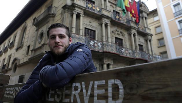 Albert Pujol Armendáriz posa frente al ayuntamiento de Pamplona.