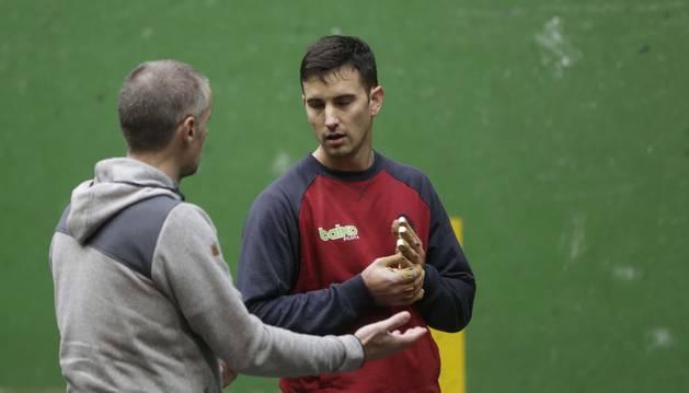 Urrutikoetxea conversa con Rubén Beloki mientras se masajea la zurda que le ha mantenido un mes fuera de la competición.