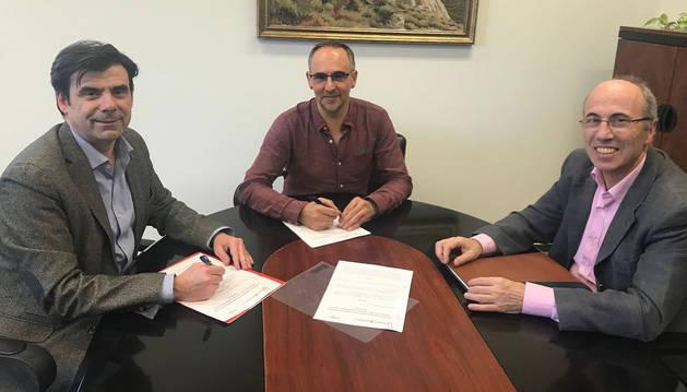 foto de El director general de Educación Roberto Pérez junto a representantes de ANEL