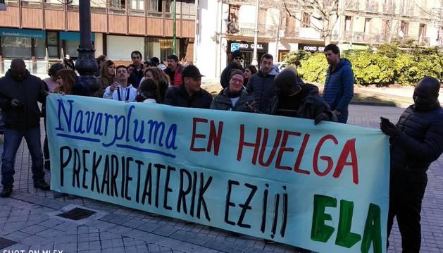 foto de Trabajadores de Navarpluma concentrados frente al Parlamento de Navarra.