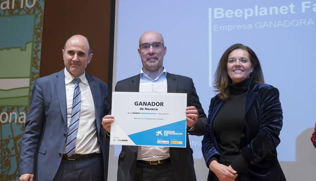 El vicepresidente Ayerdi y Díez Fontana, con el representante de la empresa premiada.
