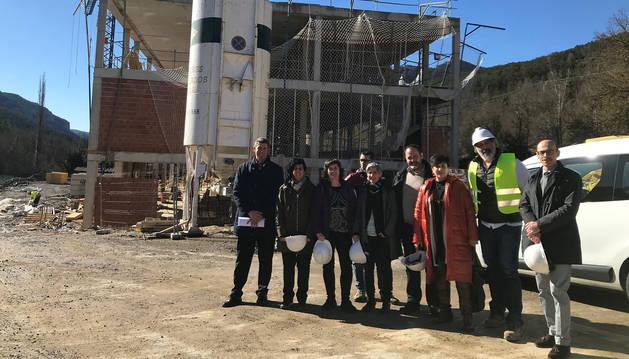 foto de María Solana junto a representantes del Departamento de Educación y de Roncal en la visita a las obras del nuevo colegio.