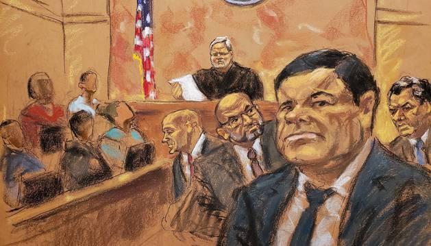Reproducción fotográfica de un dibujo realizado por la artista Jane Rosenberg donde aparece el juez de la corte federal de Brooklyn, Brian Cogan (fondo c), mientras lee el veredicto contra el narcotraficante mexicano Joaquín