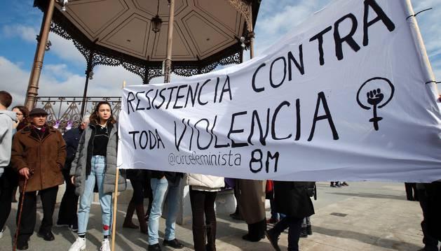 Foto de la manifestación en Alcalá de Henares en repulsa por la muerte de una joven, de 22 años cuyos restos fueron encontrados en un arcón frigorífico en la habitación.