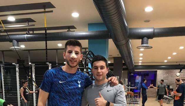 David García, con signos evidentes de la operación en la nariz, ayer por la tarde en el gimnasio junto al preparador Ioritz Sanz.