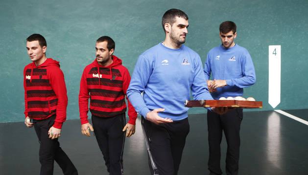 Joseba Ezkurdia sujeta la caja con el material después de la elección en el frontón Labrit con Imaz, Oinatz y Ladis Galarza.