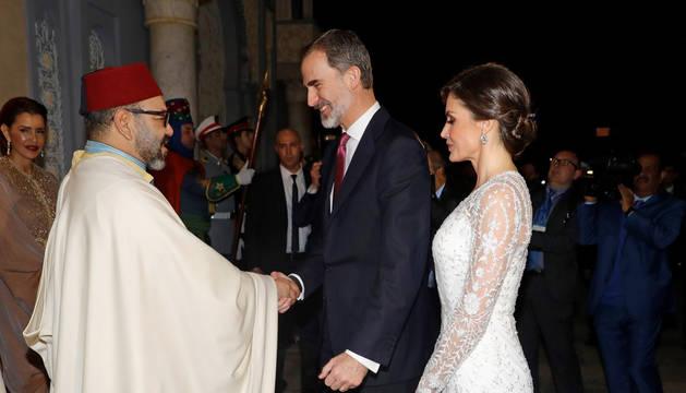 Los reyes Felipe y Letizia saludan al rey Mohamed VI, a su llegada a la cena de gala ofrecida por Mohamed VI a los monarcas españoles este miércoles en el Palacio Real de Rabat.