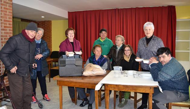 Usuarios del servicio, voluntarias y  personal del servicio de catering en el hogar del jubilado.
