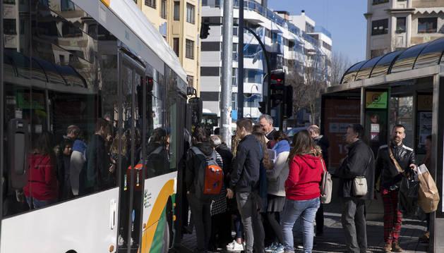 Viajeros suben al autobús en la hora del paro.