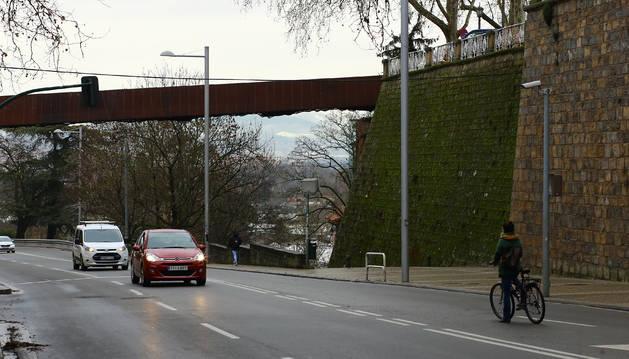 La pasarela peatonal salva el desnivel entre el fortín de San Bartolomé, a la derecha y el del Labrit.