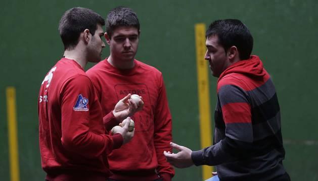 Jose Javier Zabaleta e Iker Irribarria, junto al intendente de Aspe Jon Apezetxea en la elección de material del martes en el frontón de Larrainzar.