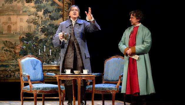Josep Maria Flotats, caracterizado como Voltaire, comparte escenario con Pere Ponce (dcha.), que encarna a Rousseau.