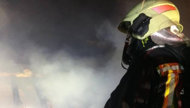 foto de Un bombero apagando el incendio de una vivienda en Alsasua