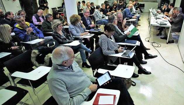 Foto de archivo de una asamblea de la MCP presidida por Aritz Ayesa.