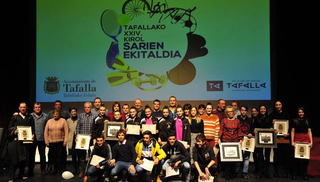 Los deportistas homenajeados y quienes quedaron finalistas posaron tras el acto junto con las autoridades municipales.