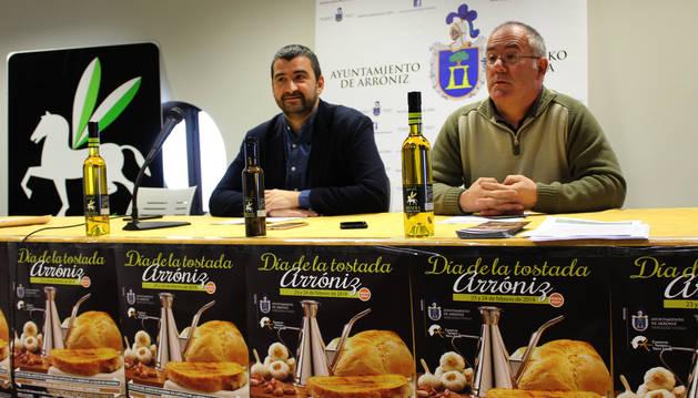 Ángel Moleón, alcalde de Arróniz, y Pedro González Castillo, presidente del trujal Mendía.