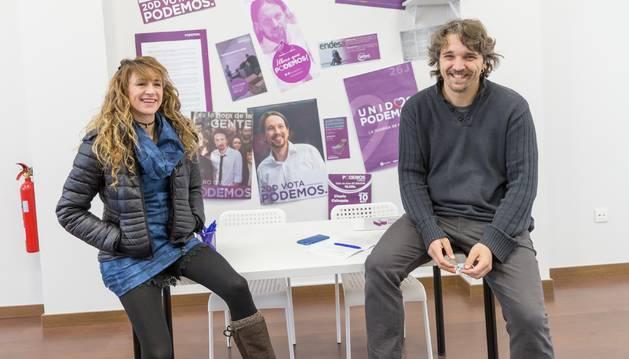 Arantxa Ruiz Vidorreta y Daniel López Córdoba, ayer en la sede de Podemos en Tudela.