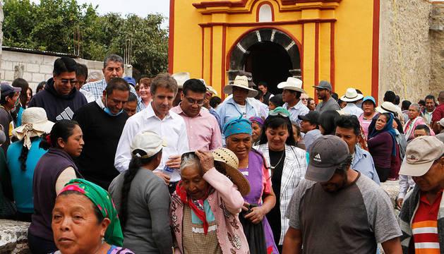 Pablo Hermoso, con fieles y autoridades, ante una de las capillas restauradas.