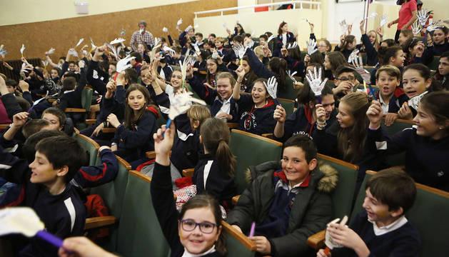 Alumnos de 4º y 6º de Primaria del colegio Sagrado Corazón de Pamplona durante un acto de solidaridad en el Día Internacional del Niño con Cáncer.