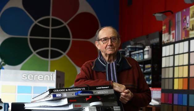 José Mari Arzoz, en la tienda de pinturas de la Rochapea que fundó y a la que ahora va a diario, de visita, o de recadero.