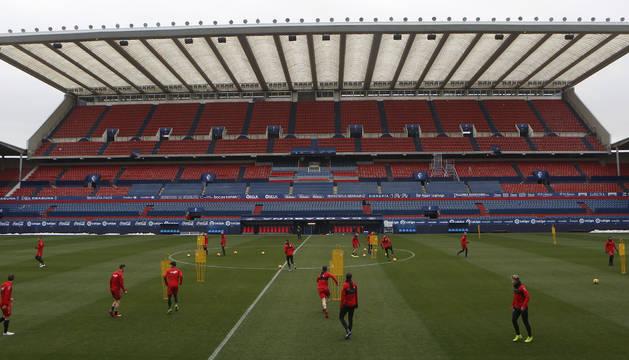 Una vista del estadio de El Sadar con la plantilla del primer equipo trabajando.