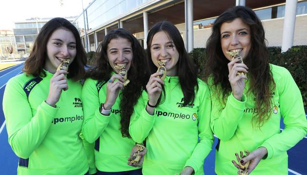 DELICIAS DE ANTEQUERA. Miren Bartolomé, Nerea Bermejo, Ane Petrirena e Izaskun Turrillas,  ayer a punto de probar este dulce típico malagueño.