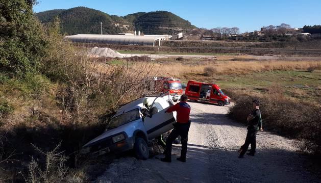 foto de El vehículo se ha salido en el camino a las caleras de Liskar en Liédena
