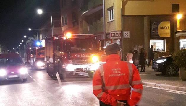 Un agente de Policía Foral ante el edificio afectado por las llamas.