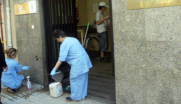 Dos trabajadoras de la limpieza, en la oficina del DNI de Pamplona.