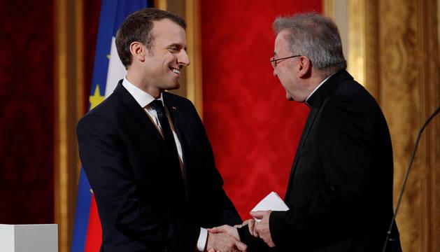 El nuncio del Papa en Francia, Luigi Ventura, junto a Emmanuel Macron.