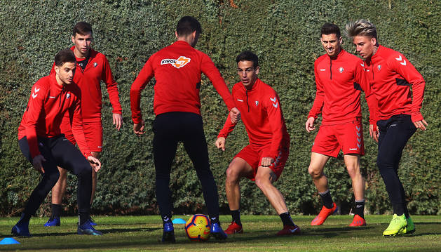 Íñigo Pérez intenta arrebatar el balón a un compañero en un rondo en Tajonar con Juan Villar, David López, Brandon Thomas,