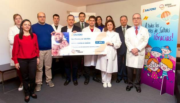 El programa 'Niños contra el cáncer' recibe un cheque del dinero donado por los clientes de Saltoki.