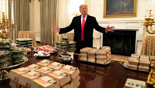 Imagen de Donald Trump rodeado de hamburguesas en la Casa Blanca.