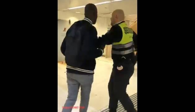 Captura del vídeo en el que el vigilante empuja a un viajero en Sants.