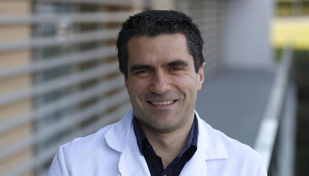 El doctor Manuel Murie Fernández, en su día a día en la Clinica San Miguel, donde dirige el departamento de Neurología.