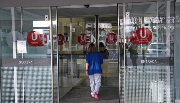 Una sanitaria entra al edificio de Urgencias del Complejo Hospitalario de Navarra.
