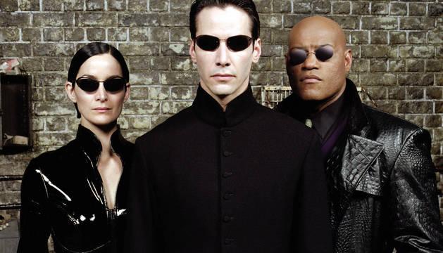 Keanu Reeves (en el centro), Carrie-Ann Moss y Laurence Fishburne son los protagonistas de Matrix.
