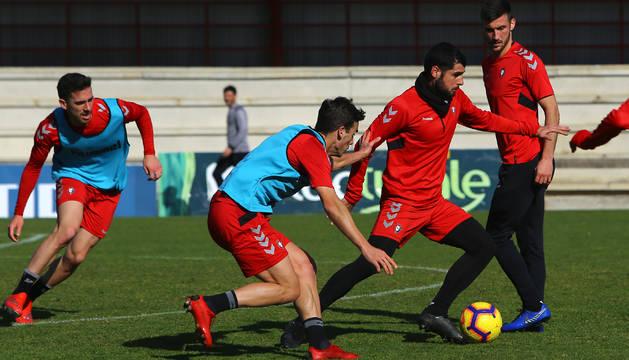 Fran Mérida conduce el balón ante la presencia de Oier, Iñigo Pérez y Kike Barja, en la sesión de ayer a puerta abierta en Tajonar.