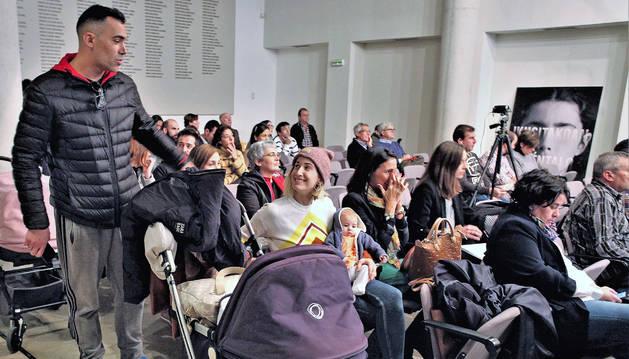 Medio centenar de familiares siguió el sorteo en directo en el propio salón de actos de Educación. También se retransmitió en vivo en Internet.