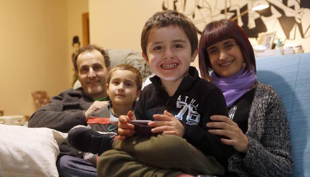 Iñaki Izcue y Muskilda Elorduy,  con sus hijos mellizos, Mikel (delante) y Aimar, que acaban de cumplir 6 años, en su casa de Buztintxuri.